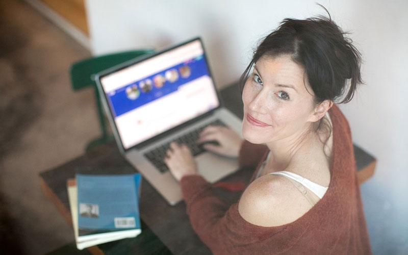 Online-Kasinon-kvinna-laptop